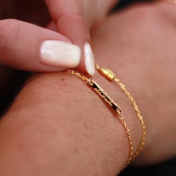 Personligt armband med gravyr Älskad Syster samt strass cubic zirconia likt diamant | Allergivänligt nickelfritt armband i guld, stål (silver) och rosé - guldigt armband för dam | C Stockholm smycken online - närbild guldarmband med gravyr