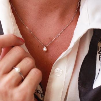 Nätt kort pärlhalsband i silver /  stål - silverhalsband / stålhalsband för dam | C Stockholm halsband online - modellbild