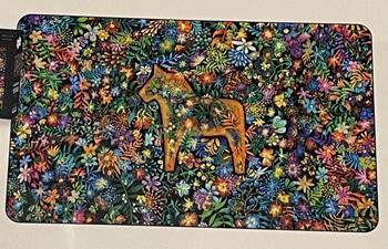 Pussel 1500 bitar - Gyllene Dalahäst omgärdad av ett blomsterhav
