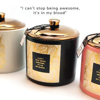 Stort lyxigt doftljus med text: I can´t stop being awesome, It´s in my blood | 100% organiskt sojavax i kopp av keramik - Doftljus med roliga citat om livet | C Stockholm personliga presenter online