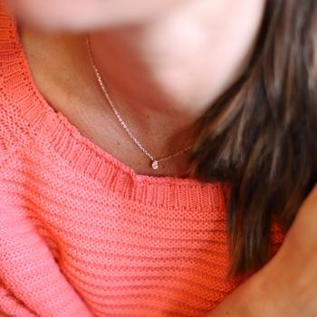 Nätt strasshalsband m. päronformad CZ sten, rosé