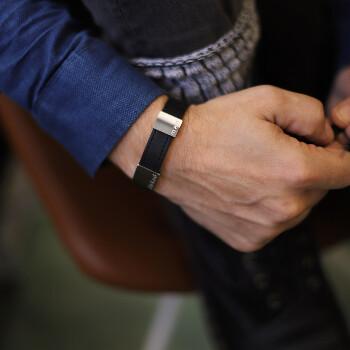 1 - Svart läderarmband med gravyr älskad man - armband läder för herr | C Stockholm romantisk present till honom pojkvän