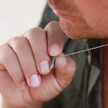 närbild gravyr - Personligt halsband i stål för herr med text / gravyr; Älskad son. Färg: silver - C Stockholm personlig present till honom
